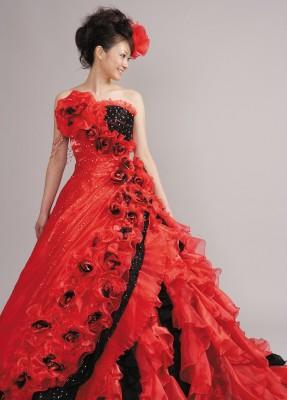 Atelier Luce/アトリエルーチェ:写真2:胸元の大きなコサージュがポイントの赤ドレス。黒のアクセントが一層インパクトを与える!