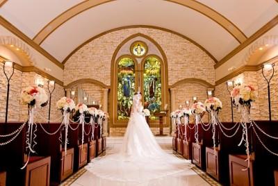 Felicia court/フェリシアコート:写真1:3階部分まで吹き抜けで、アーチ状のチャペル。ステンドグラスから差す色とりどりの光が愛を誓う2人を包み込む